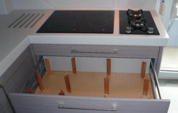 Ξύλινη πιατοθήκη με πασσαλάκια που προσαρμόζονται ανάλογα με το πιάτο